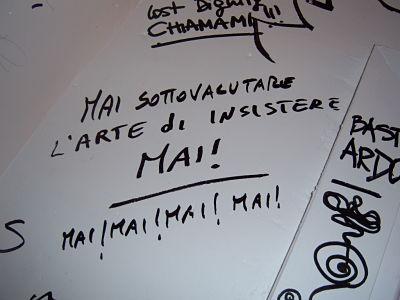 Una frase scritta sul muro di un cesso pubblico